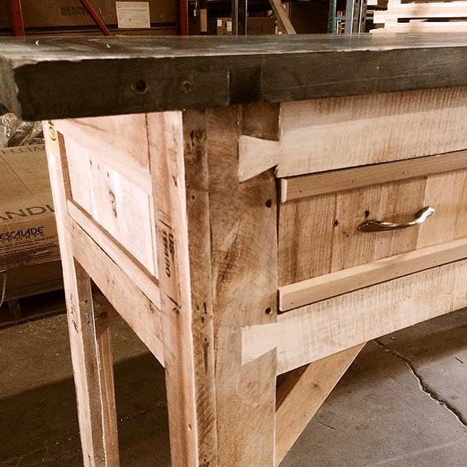 Meuble de bar en bois recycl r usin avec dessus en for Meuble au dessus du lit
